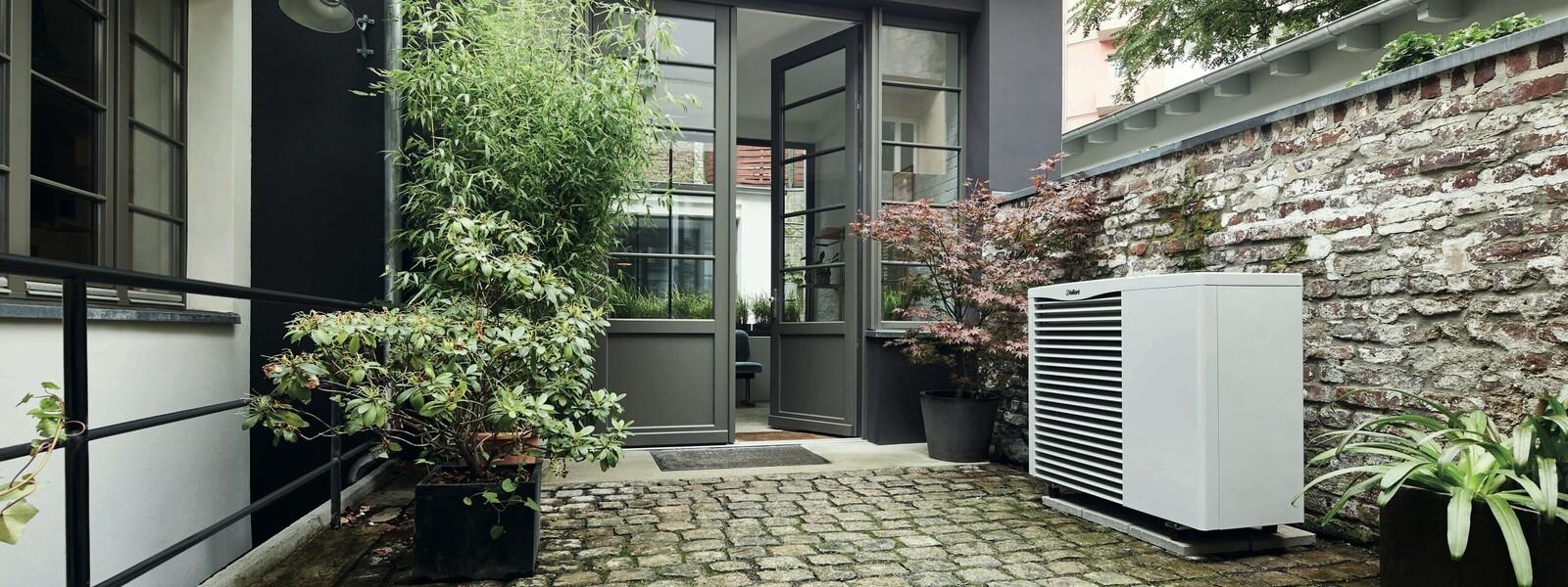 https://www.vaillant.fr/images-1/produits/pac/arotherm/arotherm-ambiance-1297902-format-24-9@1600@desktop.jpg